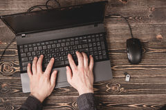 Öppna bärbara datorn på träskrivbordet Royaltyfria Foton