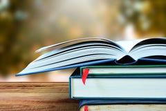 Öppna böcker och gör suddig naturbakgrund Arkivfoton
