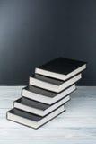 Öppna böcker på trätabellen, svart brädebakgrund tillbaka skola till Utbildningsaffärsidé Royaltyfri Bild