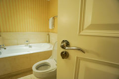 Öppna badrumdörren arkivfoton