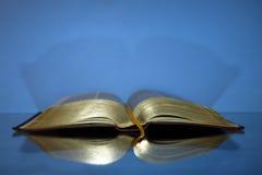 Öppna bibeln med guld- bokstäver Arkivfoton