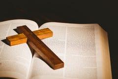 Öppna bibeln med korssymbolen Arkivbild