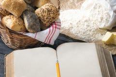 Öppna bok- och brödbullar för mellanrum Arkivfoton