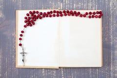 Öppna bok- och katolikradbandet Royaltyfria Foton