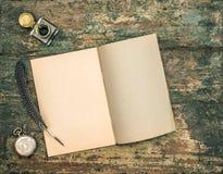 Öppna bok- och tappninghandstiltillbehör Fjäderpenna och inkwe Royaltyfri Fotografi