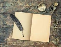 Öppna bok- och tappninghandstiltillbehör Trätexturbackgr Royaltyfria Bilder
