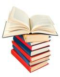 Öppna boken överst av bunten av böcker Royaltyfria Foton
