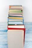 Öppna boken, färgrika böcker för inbunden bok på trätabellbakgrund tillbaka skola till Kopiera utrymme för text Utbildningsaffär Arkivbild