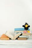 Öppna boken, färgrika böcker för inbunden bok på trätabellen Leksakgalande tillbaka skola till Kopiera utrymme för text Utbildnin Royaltyfri Foto
