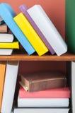 Öppna boken, färgrika böcker för inbunden bok på trätabellen tillbaka skola till Kopiera utrymme för text Utbildningsaffärsidé Arkivfoto