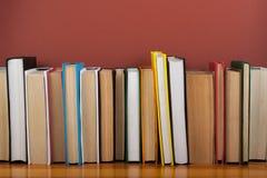 Öppna boken, färgrika böcker för inbunden bok på trätabellen tillbaka skola till Kopiera utrymme för text Utbildningsaffärsidé Arkivbilder