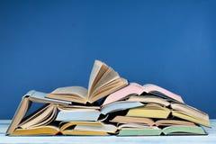Öppna boken, färgrika böcker för inbunden bok på trätabellen tillbaka skola till Kopiera utrymme för text Utbildningsaffärsidé Royaltyfri Fotografi