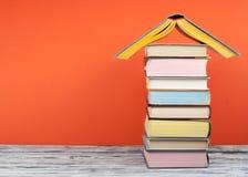 Öppna boken, färgrika böcker för inbunden bok på trätabellen tillbaka skola till Kopiera utrymme för text Utbildningsaffärsidé Fotografering för Bildbyråer