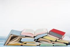 Öppna boken, färgrika böcker för inbunden bok på trätabellen tillbaka skola till Kopiera utrymme för text Utbildningsaffärsidé Royaltyfria Bilder