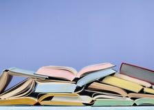 Öppna boken, färgrika böcker för inbunden bok på trätabellen tillbaka skola till Kopiera utrymme för text Utbildningsaffärsidé Royaltyfri Foto