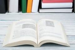 Öppna boken, färgrika böcker för inbunden bok på trätabellen tillbaka skola till Kopiera utrymme för text Utbildningsaffärsidé Arkivfoton