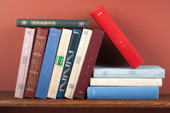 Öppna boken, färgrika böcker för inbunden bok på trätabellen tillbaka skola till Kopiera utrymme för text Utbildningsaffärsidé Arkivbild