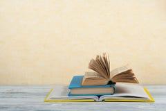 Öppna boken, färgrika böcker för inbunden bok på trätabellen tillbaka skola till Kopiera utrymme för text Royaltyfri Foto