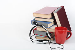Öppna boken, färgrika böcker för inbunden bok på trätabellen, vit bakgrund tillbaka skola till Hörlurar kopp Kopiera utrymme för Arkivfoton