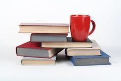 Öppna boken, färgrika böcker för inbunden bok på trätabellen, vit bakgrund tillbaka skola till Kopp Kopiera utrymme för text Arkivbild