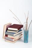 Öppna boken, färgrika böcker för inbunden bok på trätabellen, vit bakgrund tillbaka skola till Vaskopieringsutrymme för text Fotografering för Bildbyråer