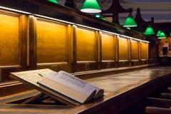 Öppna boken i läs- rum av ett arkiv royaltyfri foto