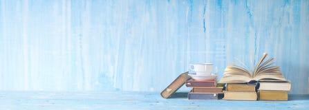 Öppna boken, koppen kaffe, läsning, litteratur, utbildning arkivfoto