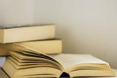 Öppna boken, läs- tid arkivbild