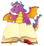 Öppna boken med den lyckliga draken Royaltyfri Foto
