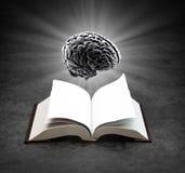 Öppna boken med en hjärna Arkivbild