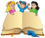 Öppna boken med lyckliga ungar Arkivfoto