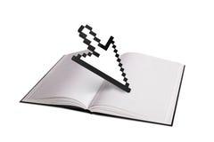 Öppna boken och pilmarkören Arkivbilder