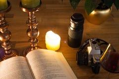 Öppna boken och stearinljus Arkivbilder