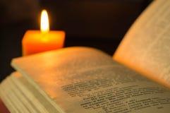 Öppna boken och stearinljuset Royaltyfri Fotografi