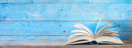 Öppna boken på blå grungy bakgrund royaltyfria bilder