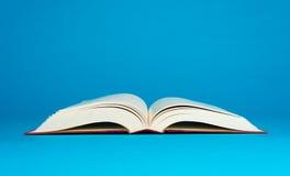 Öppna boken på en blå bakgrund Royaltyfri Fotografi