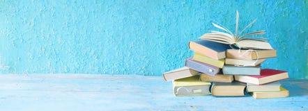 Öppna boken på en bunt av böcker royaltyfri foto