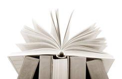 Öppna boken på en vit Fotografering för Bildbyråer