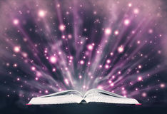 Öppna boken som sänder ut mousserande ljus stock illustrationer