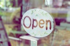 Öppna brett hänga för tecken på dörrspegeln i coffee shop Fotografering för Bildbyråer