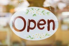 Öppna brett hänga för tecken på spegeldörr Fotografering för Bildbyråer