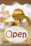 Öppna brett hänga för tecken på spegeldörr Royaltyfria Foton