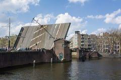 Öppna bron i dagen under den blåa himlen i Amsterdam Arkivfoto
