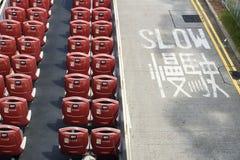 Öppna bussen för den dubbla däckaren med röda stolar från sikt för hög vinkel med långsam roadsign, Hong Kong, Asien Royaltyfri Bild