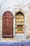 Öppna dörren i ett gammalt stenhus Arkivbild