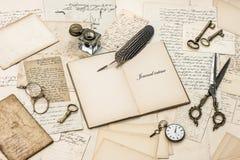 Öppna dagbokanteckningsboken, gamla brev och vykort Fotografering för Bildbyråer