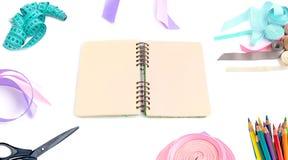 Öppna dagboken med tomma sidor royaltyfria bilder