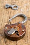 Öppna den antika hänglåset med tangent Royaltyfri Foto