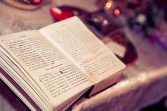 Öppna den bulgariska bibeln för att döpa - cyrillic bokstäver Royaltyfri Bild