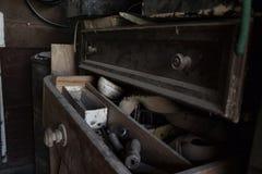 Öppna den dammiga gamla enheten mycket av hjälpmedel i seminariet Arkivfoton